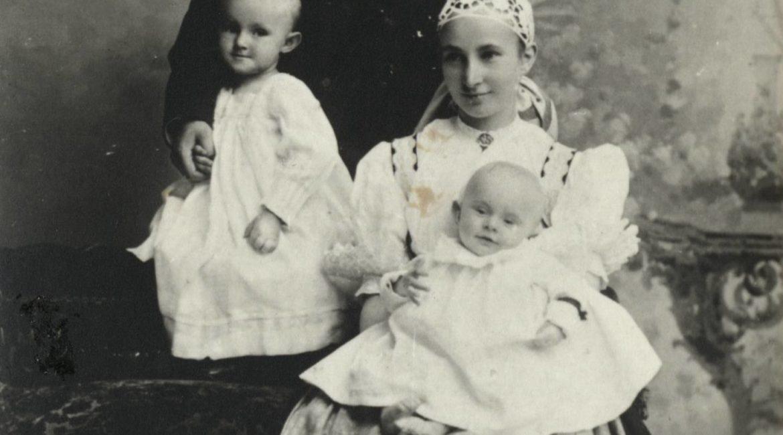 Helena Michejdowa jako młoda mężatka wraz z mężem Józefem i dwoma synami, Bogusławem i Józefem - zdjęcie z początku 1901 r.