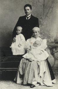 Helena Michejdowa jako młoda mężatka wraz zmężem Józefem idwoma synami, Bogusławem iJózefem - zdjęcie zpoczątku 1901 r.