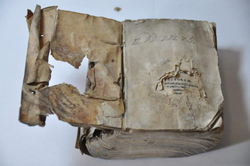 2. Zniszczenia księgi składającej się na klocek introligatorski Benedicti Herbesti ... Orationis Ciceronianae, 1560 oraz Demosthenis Orationes Olynthiacae et Philippicae, 1549