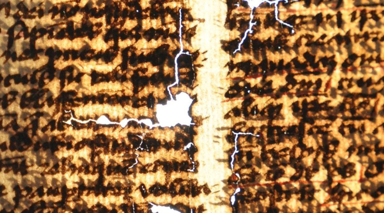 5. Pękający papier i wypadajęce fragmenty liter widoczne pod światło