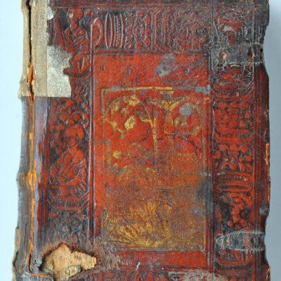 Oprawa szersznikowskiego egzemplarza Retoryki ze śladami klamer oraz motywem rajskiego drzewa