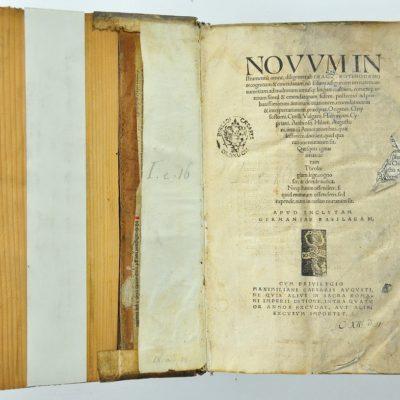 Strona tytułowa Novum instrumentom omne (1516) z sygnetem drukarskim Johanna Frobena
