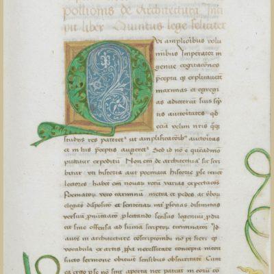 """Początek piątej księgi """"De Architectura libri decem"""" – oprócz inicjału litery Q, marginesy karty ozdobione zostały floraturą."""